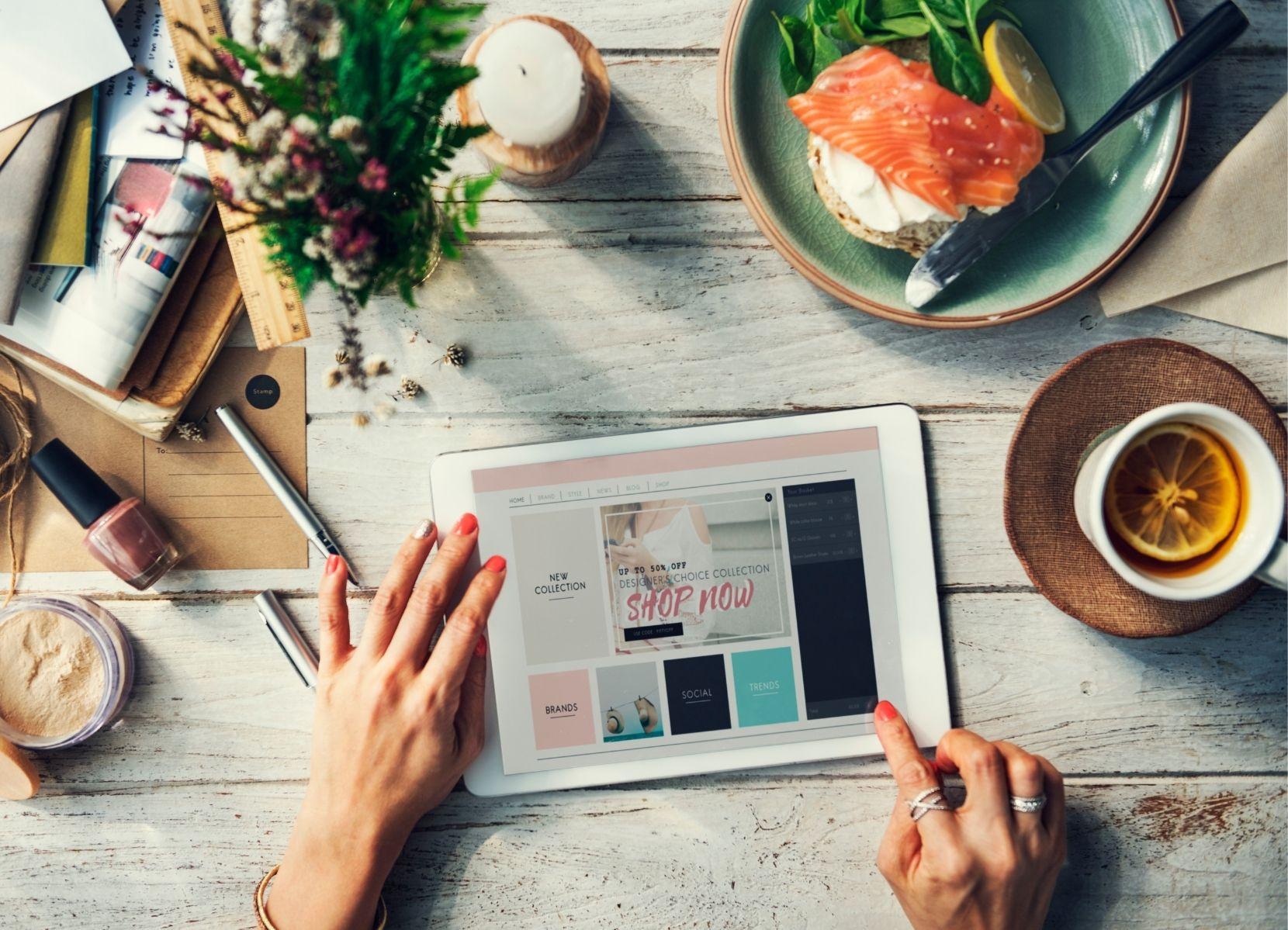 Een vrouw met een tablet die een webshop aan het bekijken is